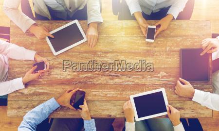business team mit smartphones und tablet