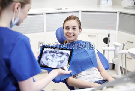 zahnarzt mit x ray auf dem