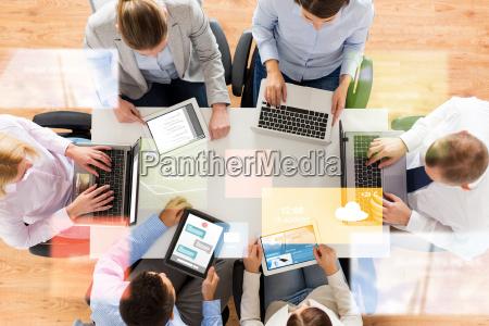 business team mit laptop und tablet