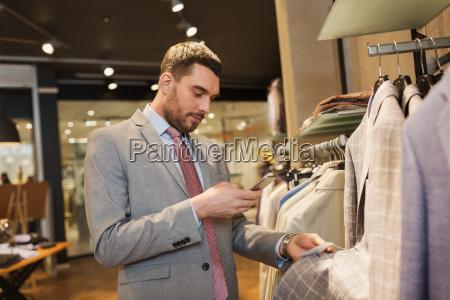 mann im anzug mit dem smartphone