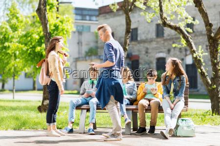 gruppe von teenager studenten am schulhof