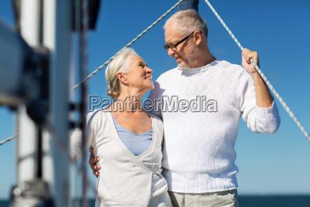 senior paar umarmt auf dem segelboot