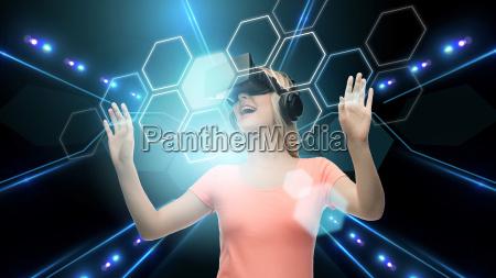 frau in der virtuellen realitaet headset
