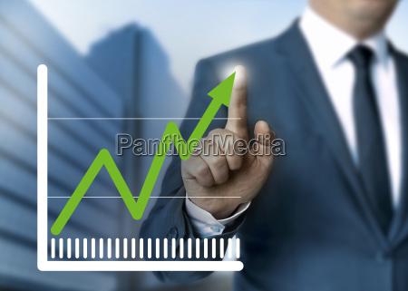 mann zeigt aktienkurs touchscreen konzept