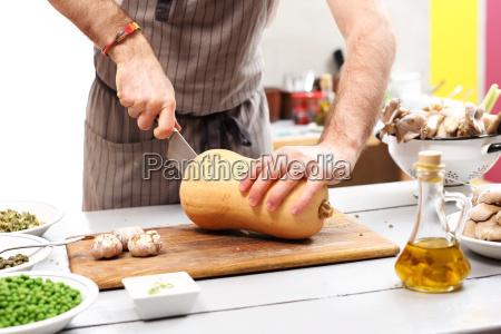 kochen kuerbis in der kueche ein