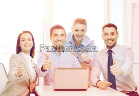 business team mit laptop im buero