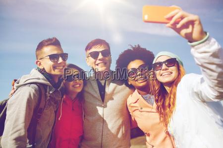 laechelnde freunde selfie mit smartphone nehmen
