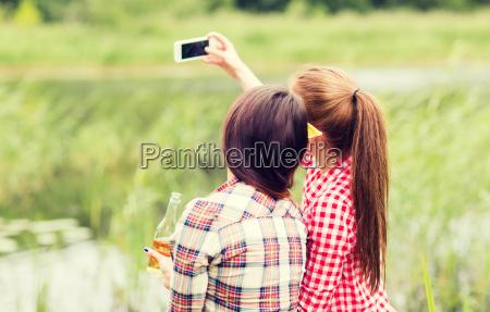 glueckliche frauen selfie von smartphone nehmen