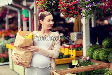 schwangere frau mit tasche von lebensmitteln