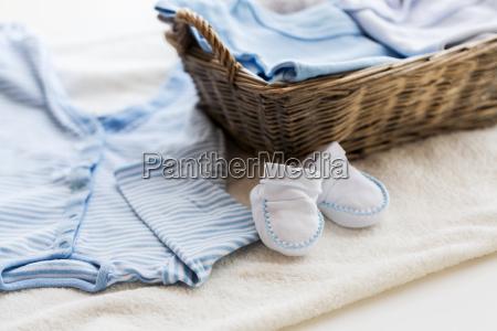 die babykleidung fuer neugeborenen im korb