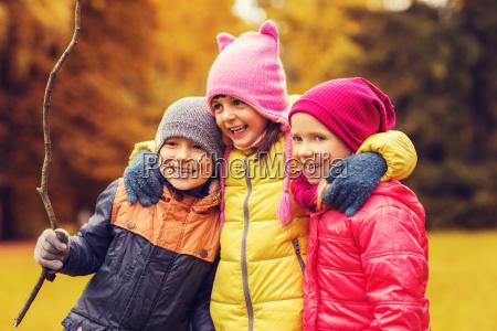 gruppe von gluecklichen kindern umarmt im