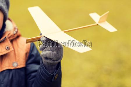 abschluss oben des kleinen jungen spielzeugflugzeug