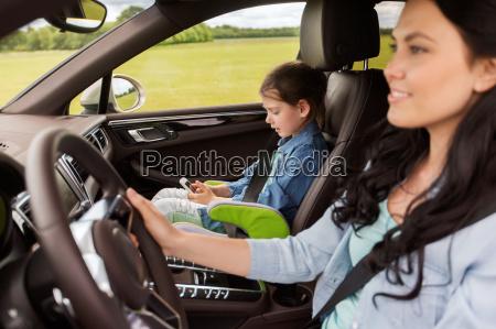 glueckliche frau mit kleinen kind fahren