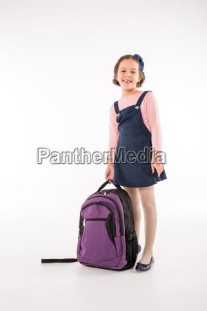 schuelerin mit rucksack stehend