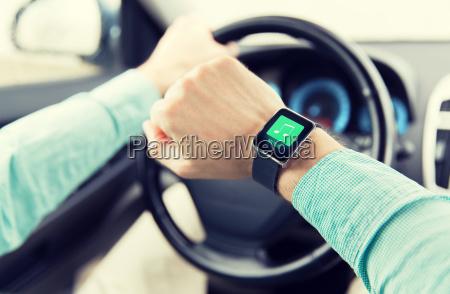 haende mit musik symbol auf smartwatch