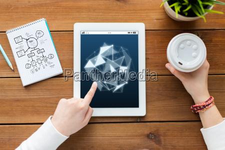 nahaufnahme von frau mit tablet pc