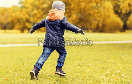 kleiner junge im freien laufen