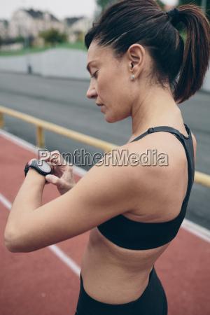 athlet auf tartanbahn mit blick auf