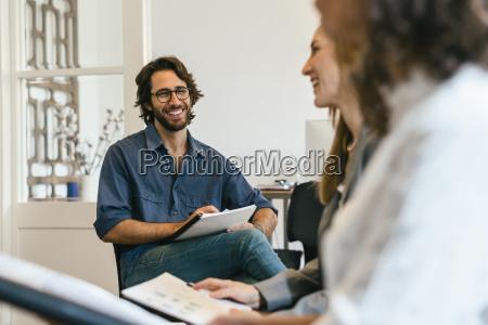 geschaeftsleute in der arbeitssitzung zum thema