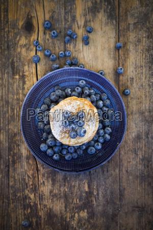 pfannkuchen mit blaubeeren und puderzucker auf