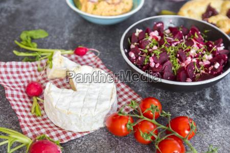 vegetarisches bayerisches buffet mit camambert und