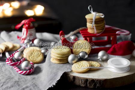 weihnachtsdekoration mit miniaturschlitten und kurzbrot