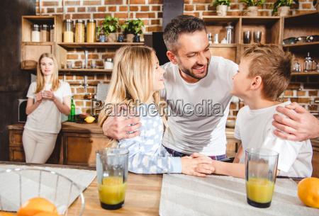 familie hat orangensaft