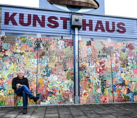 deutschland burghausen maler sitzt vor seiner