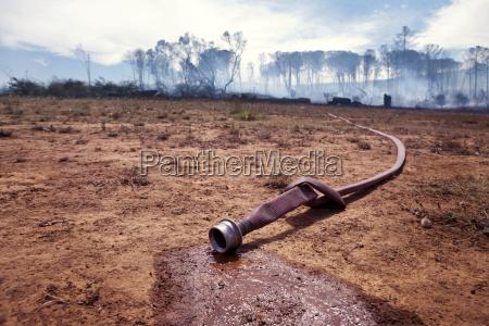 suedafrika stellenbosch feuerwehrschlauch laeuft waehrend eines