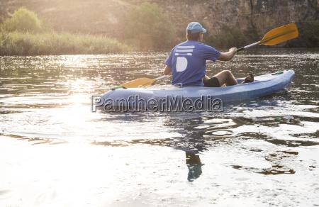 spanien segovia mann in einem kanu