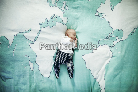 neugeborenes baby schlafend auf decke mit