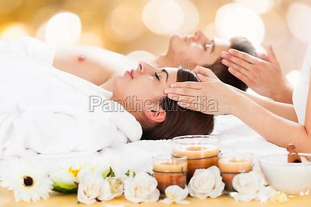 paar empfangskopf massage im spa