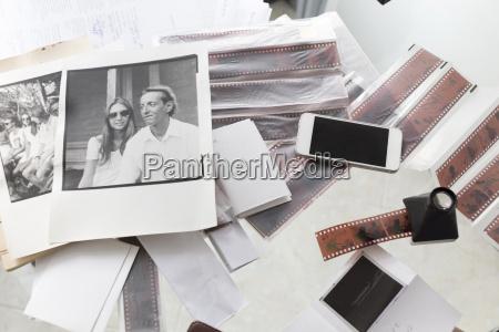 fotografien und filmstreifen auf dem schreibtisch