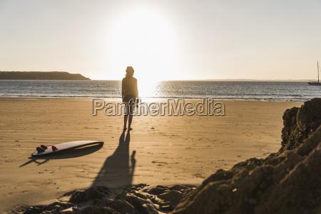 teenager maedchen stehen am strand blick