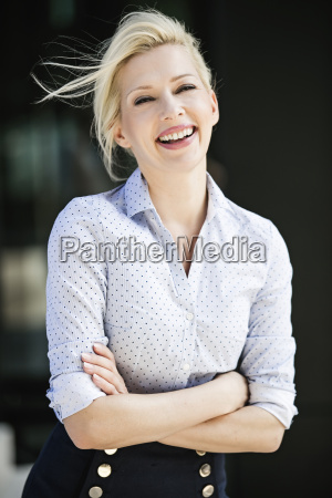 portrait des lachens blonde geschaeftsfrau mit
