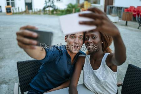 junge paare die selfies cafe am