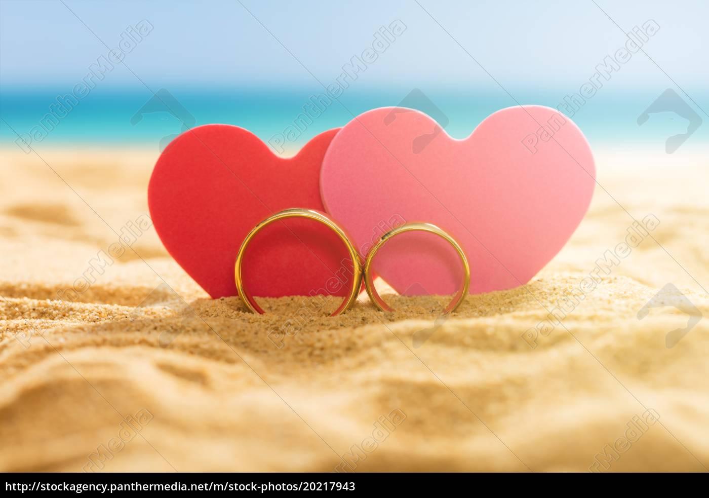 2 herzen bilder  zwei herzen mit ringen auf strand