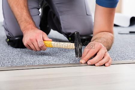 die hand person mit hammer und
