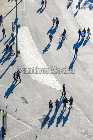 menschen wandern entlang der zeil in