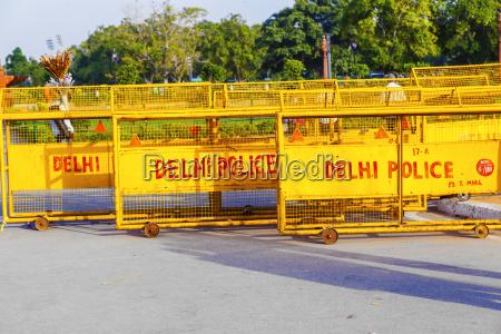 verkehrsbarrieren am india gate bereit fuer