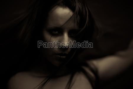 emotionsexpression dunkle maedchen gesicht