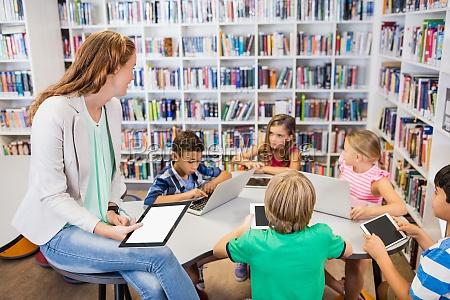junge huebsche lehrer mit lektion kinder