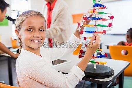 nette schueler bauen ein atom