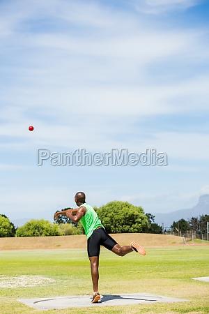 maennliche athleten werfen schuss ball