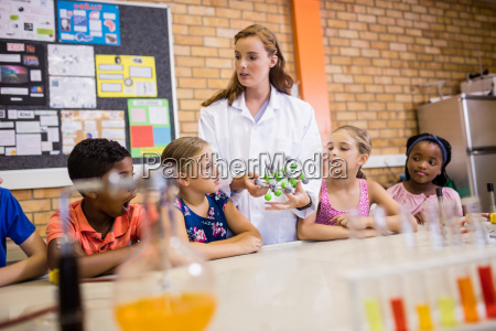 lehrer gibt ihren schuelern unterricht