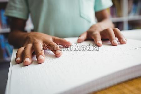 boy braille schrift mit zu lesen