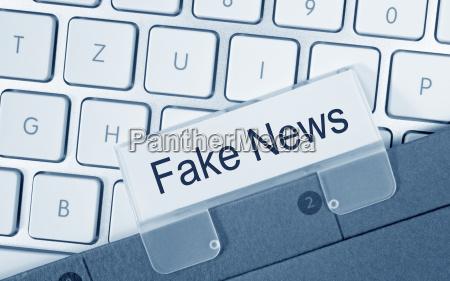fake news ordner auf computer tastatur