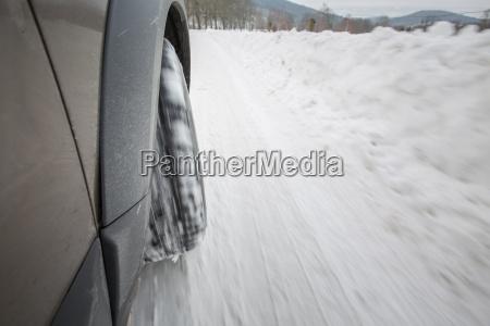 auto mit winterreifen auf einer rutschigen