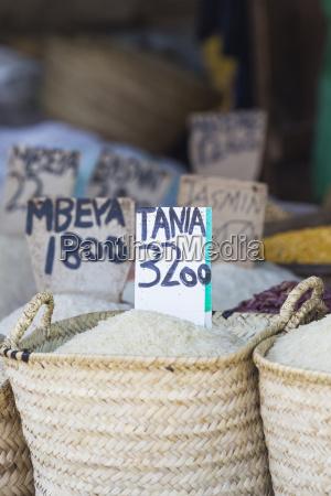 traditioneller lebensmittelmarkt in sansibar afrika