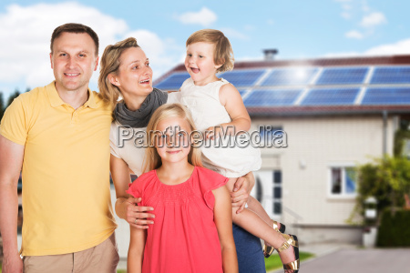glueckliche familie ausserhalb des hauses